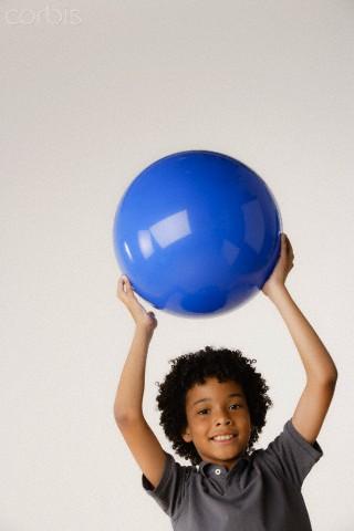 Menino com bola de Pilates - Pilates para crianças